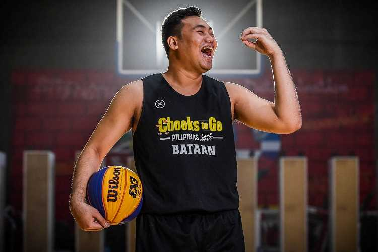 chooks-to-go pilipinas 3x3 player flexing on the court